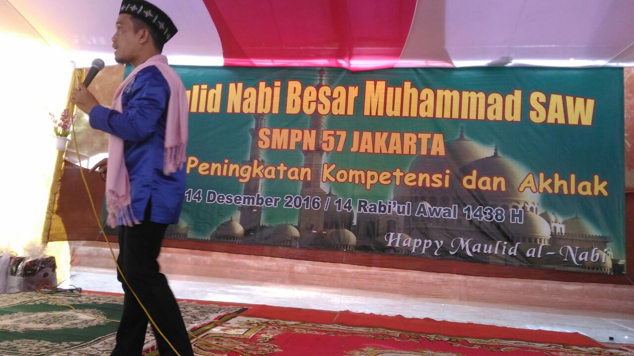 Ust Maulana pada peringatan Maulid Nabi Muhammad SAW di SMPN 57